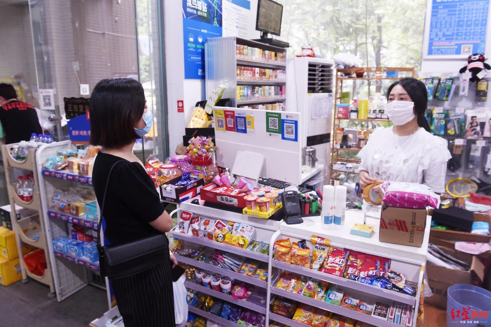 刘女士(左一)与菜鸟驿站有关做事人员和谐