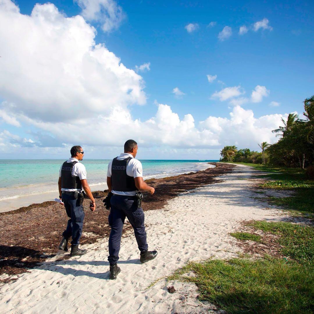 警察巡视被关闭的法属瓜德罗普岛屿海滩(图源:Getty)