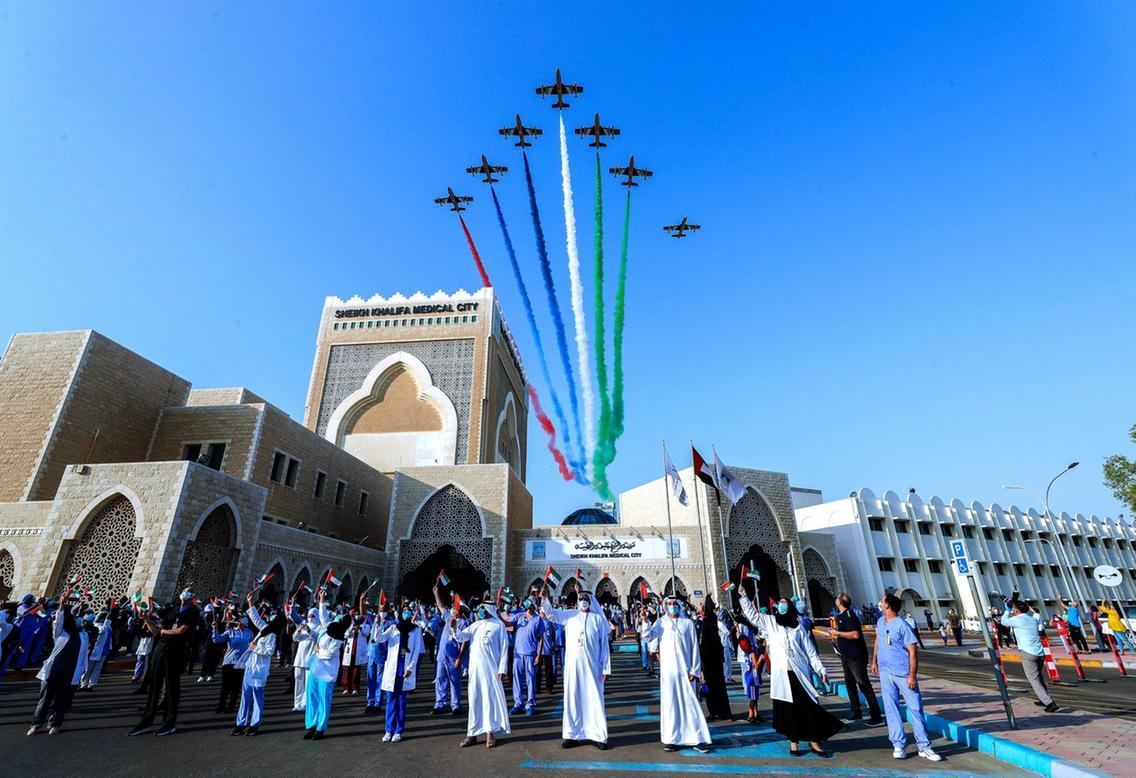 致敬医护人员!阿联酋空军举行三天特技飞行表演