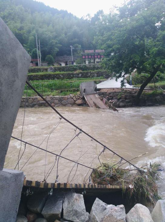 ▲被大雨冲毁的桥梁图据黄冈当局网站