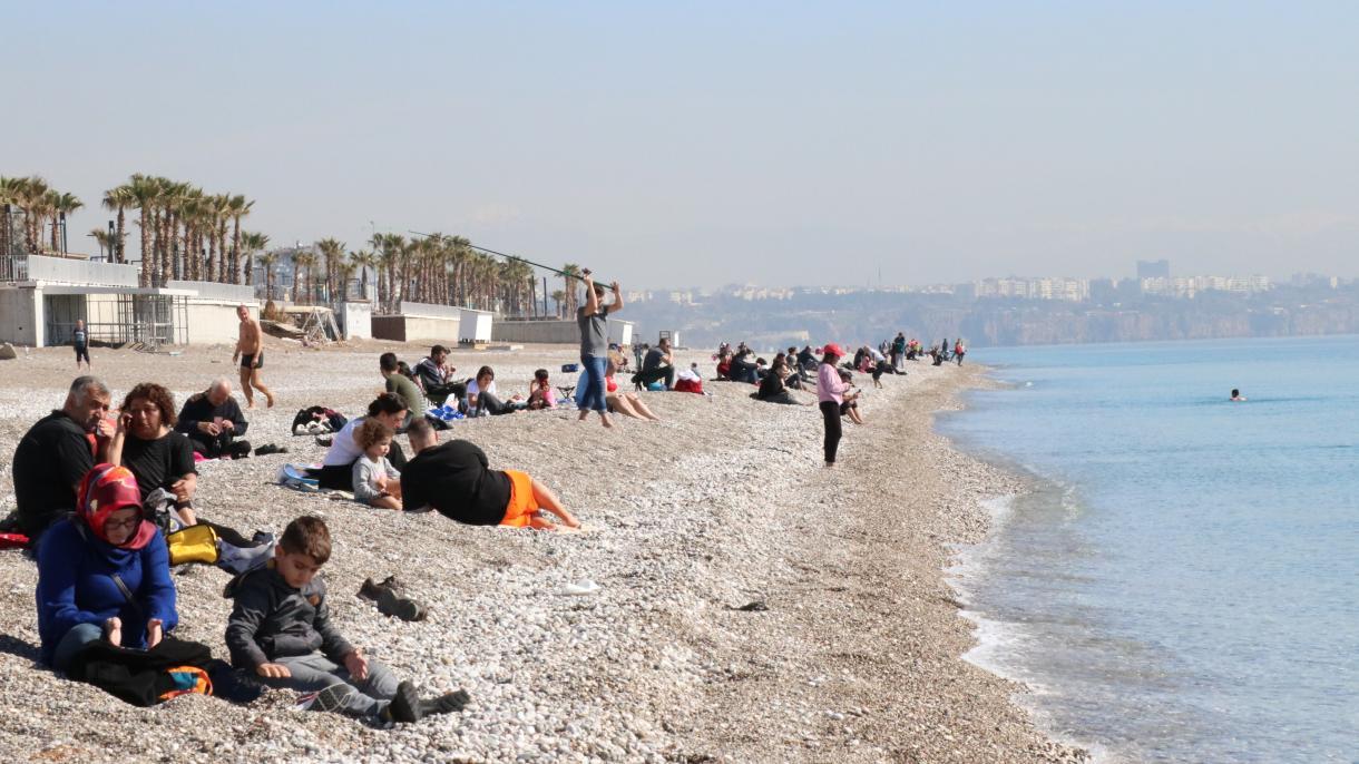 2019年3月的安塔利亚海滩(土耳其广播电视公司)