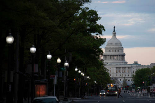 这是4月22日在美国首都华盛顿拍摄的日落时分的国会大厦。新华社记者 刘杰 摄