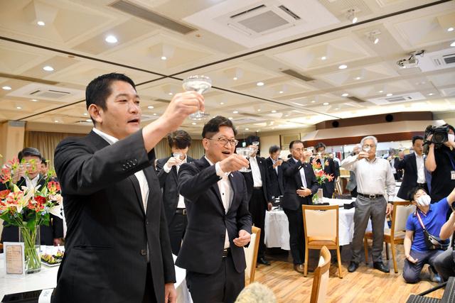 高知县知事浜田省司同大家干杯(朝日新闻)