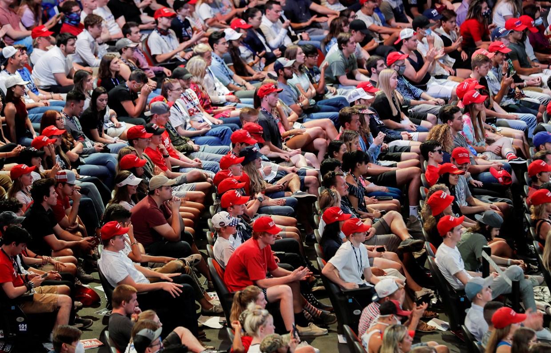 △6月23日,在凤凰城的竞选集会上,特朗普的年轻支持者几乎没人戴口罩