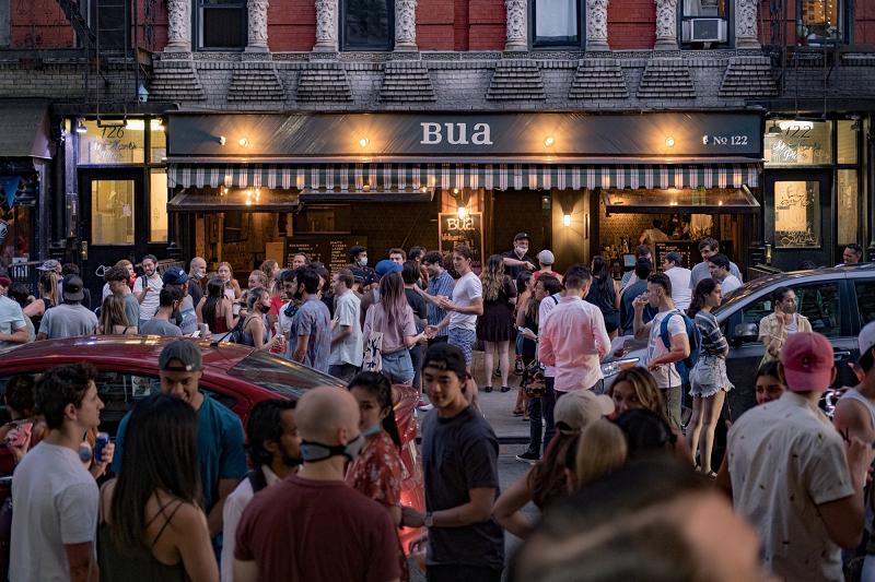 △当地时间6月12日纽约一家酒吧前的景象