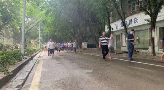 被清理得干干净净的街道