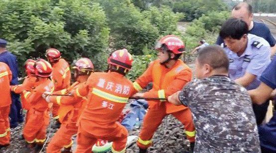 救援人员解救被困人员