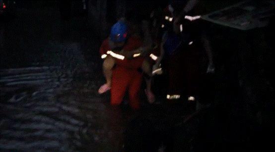 消防员背出被困者
