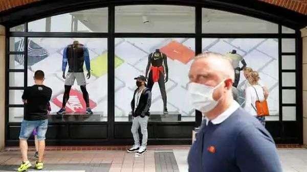 ▲6月16日,英格兰朴茨茅斯一家购物中央新开业的耐克门店,购物者正在列队进店