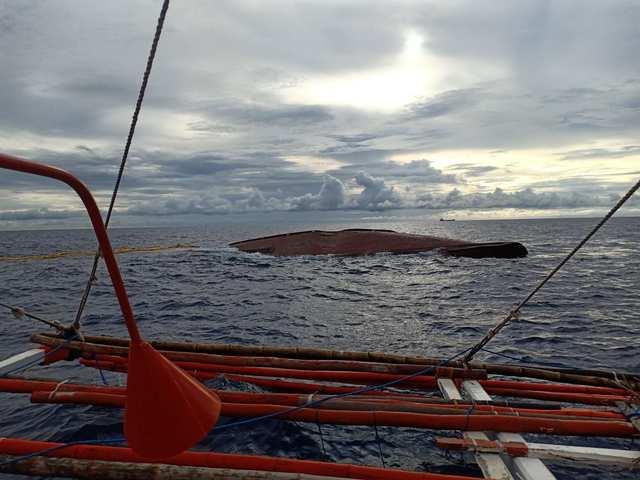 △此图为倾覆的菲律宾渔船,图来自菲律宾海岸警卫队