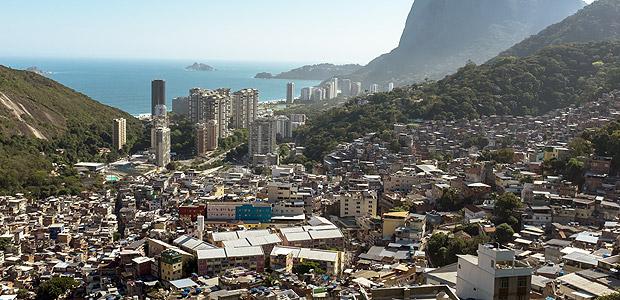 (△巴西最大的贫民区 里约热内卢罗西尼亚贫民区 图片来源:《圣保罗页报》)