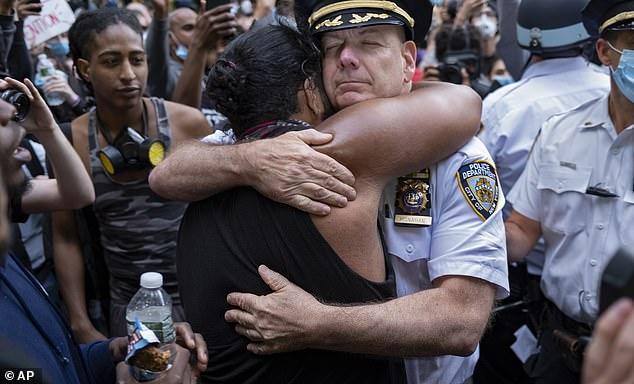 纽约市警察局局长特伦斯·莫纳汉与抗议者拥抱。(图源:AP)