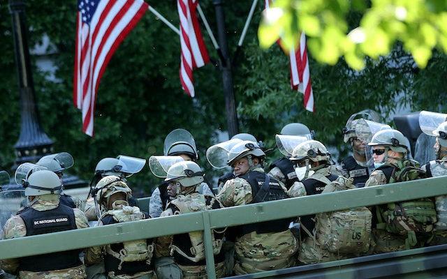 6月1日,军车现身白宫附近。(Getty Images)