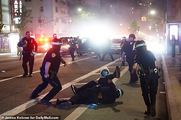 别名抗议者因忤逆宵禁而被警察逮捕。(图源:每日邮报)