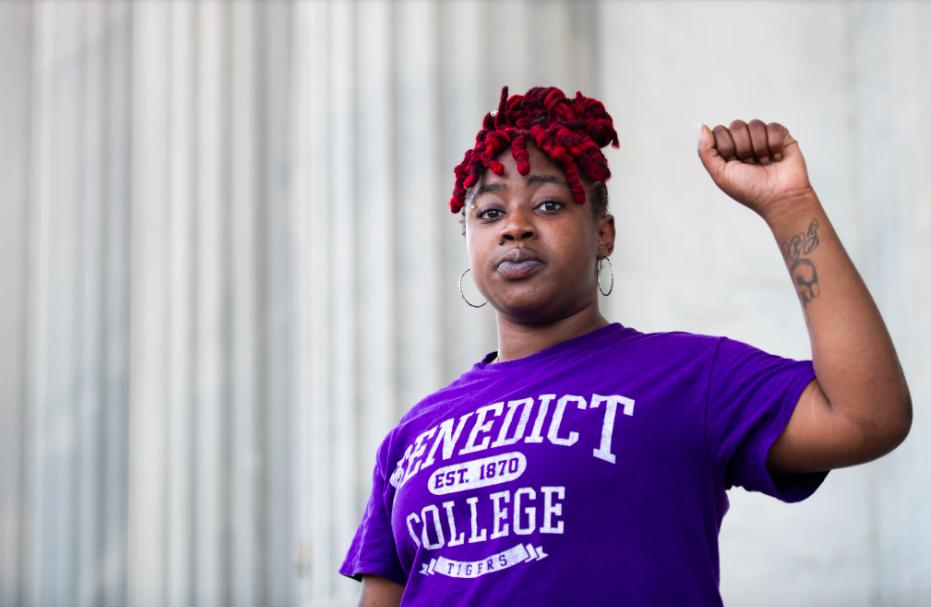 △凯拉·布拉汉姆在南卡罗莱纳州议会大厦前参添抗议运动(来源:《纽约时报》)