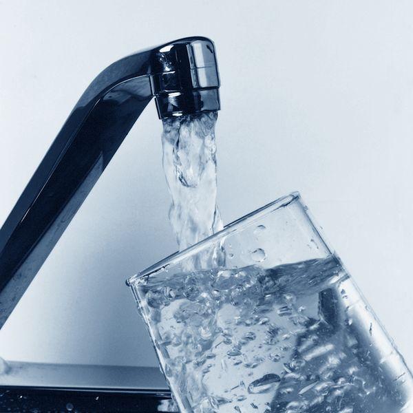 """研究称饮用水中常见的""""永久性""""化学物质或与女性更年期提前有关"""