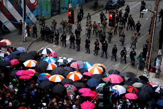 持伞的西雅图抗议者(图源:路透社)