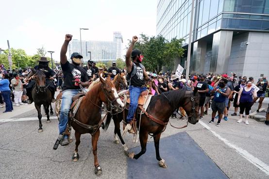 得克萨斯州的抗议者们骑马上街 (图源:美联社)