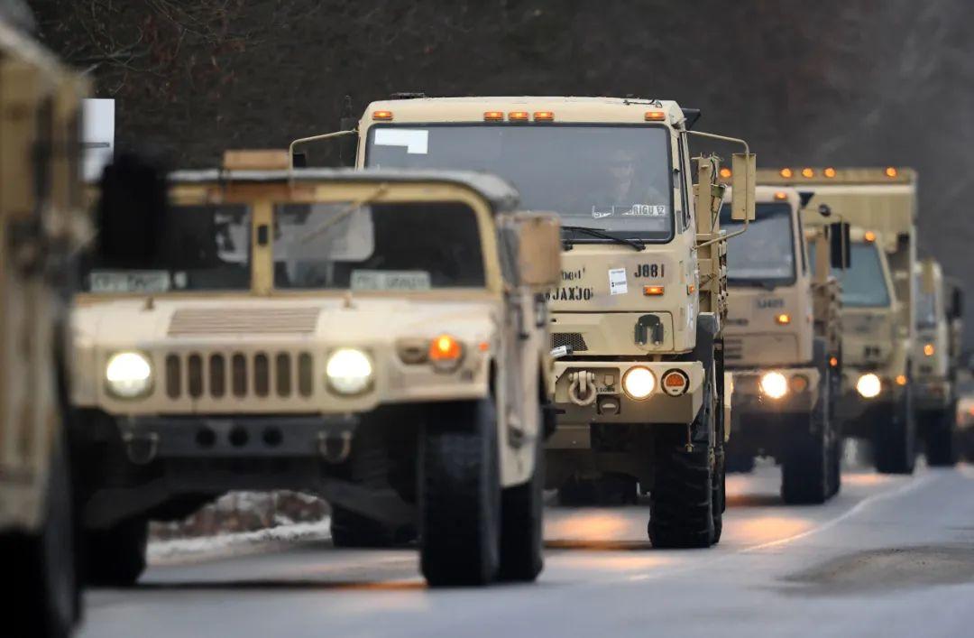 2017年1月11日,在德国东北部的布吕克附近,美军车辆在路上行进。新华社/法新