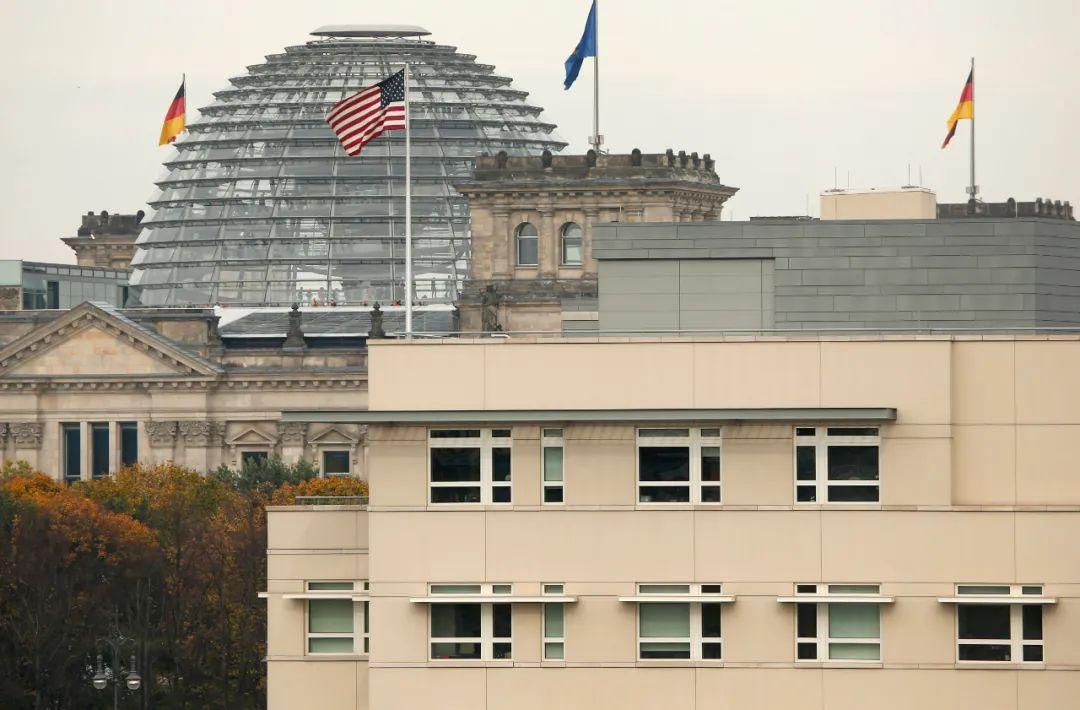 这是2013年10月25日在德国柏林拍摄的美国大使馆(前)和德国国会大厦(后)。新华社/美联
