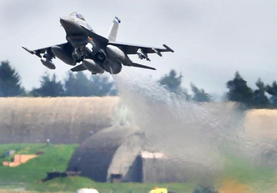 """这张2010年4月27日拍摄的资料照片显示的是,一架美军F-16""""战隼""""战机在德国西南部城市特里尔的美军施庞达勒姆空军基地起飞。新华社/美联"""