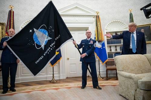 美国太空军旗帜揭晓场面