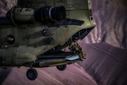 这是2018年3月26日在阿富汗巴格拉姆机场上空拍摄的美军进走实习的原料照片。新华社/路透