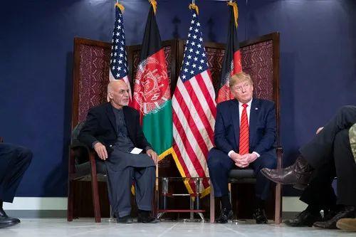 2019年11月28日,在阿富汗巴格拉姆空军基地,阿富汗总统添尼(左)与美国总统特朗普会晤。新华社/美联