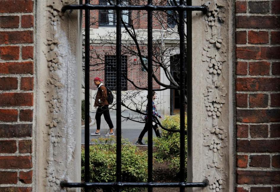 哈佛大学弟子从校园中走过(图源:路透社)