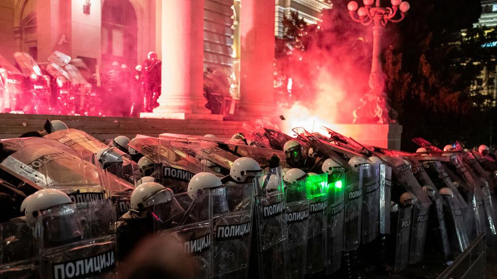 警方用盾牌阻挡闯入的抗议者。(图:路透社)