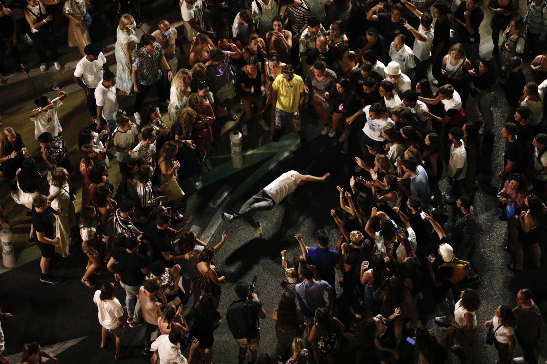 人们在围观一名舞者(BFMTV)