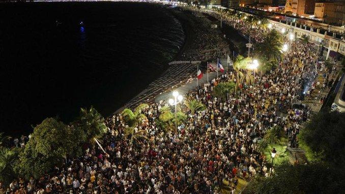 海边大道上挤满了人(BFMTV)