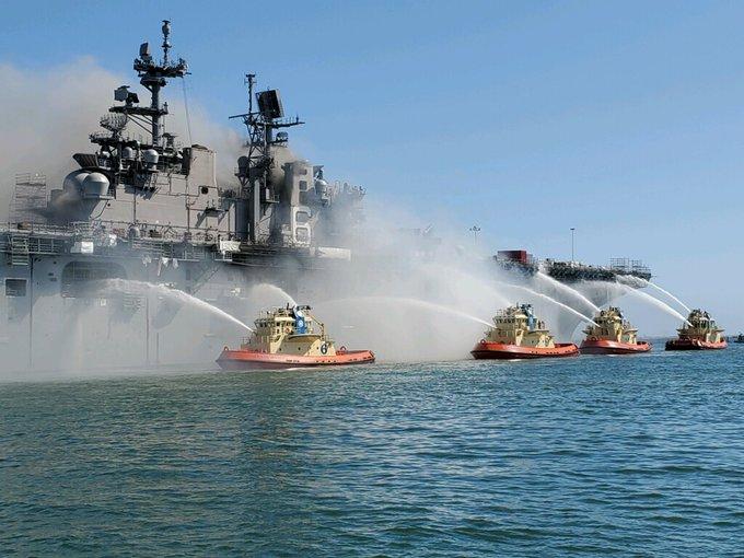 """消防船向""""益人理查德""""号内部喷水降温图源:外交媒体"""