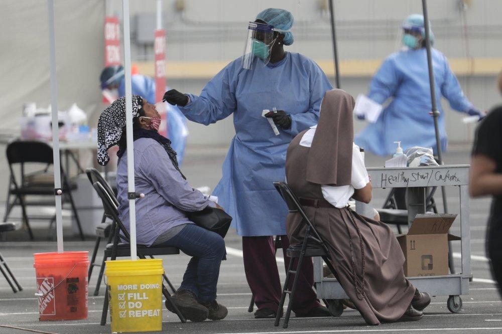 △美国佛罗里达州别名医护人员为民多做新冠病毒检测(图片来源:美联社)