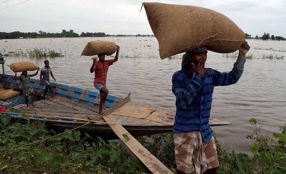 印度民多携带粮食逃避洪水(印度教徒报)