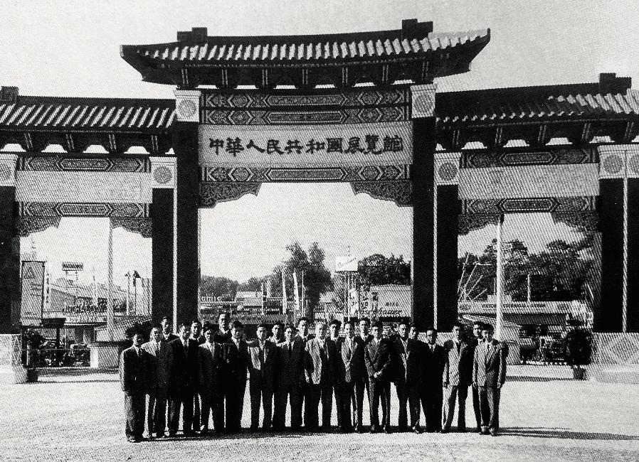 1959年9月,参加维也纳秋季国际博览会的中国展览团合影 。中间长者为团长冀朝鼎,冀身后右手边为 方扬春 。图/受访者提供