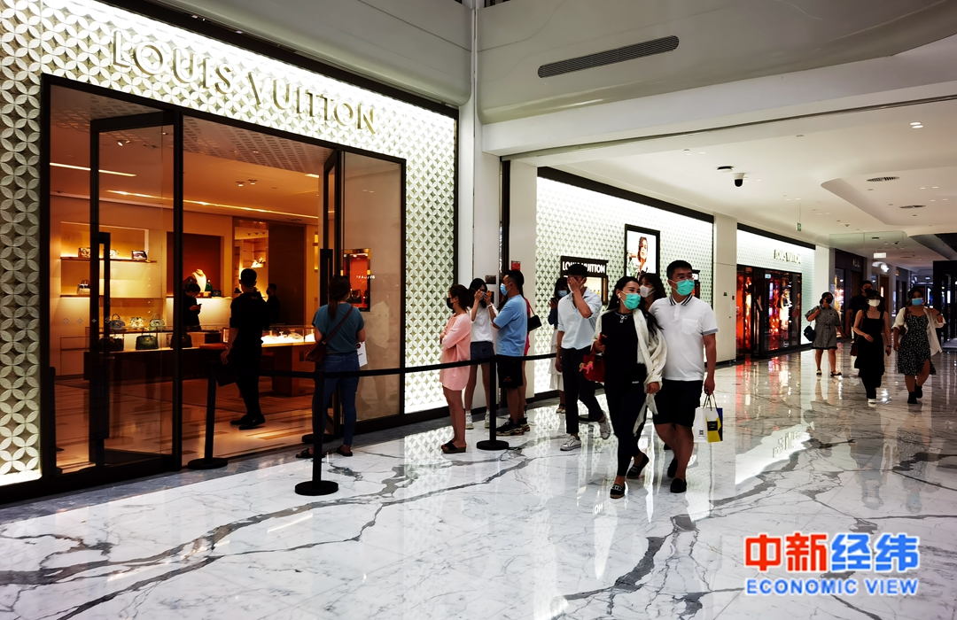 北京SKP商场内的购物人群 中新经纬 张燕征 摄