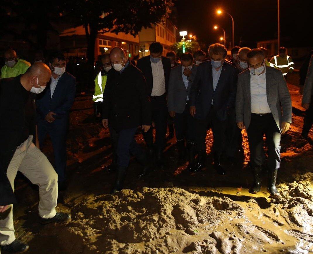 △土耳其内务部部长苏莱曼·索伊卢视察灾区(图片来源:当地媒体)