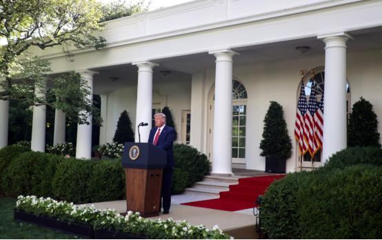 当地时间14日,特朗普在白宫玫瑰园发外演讲
