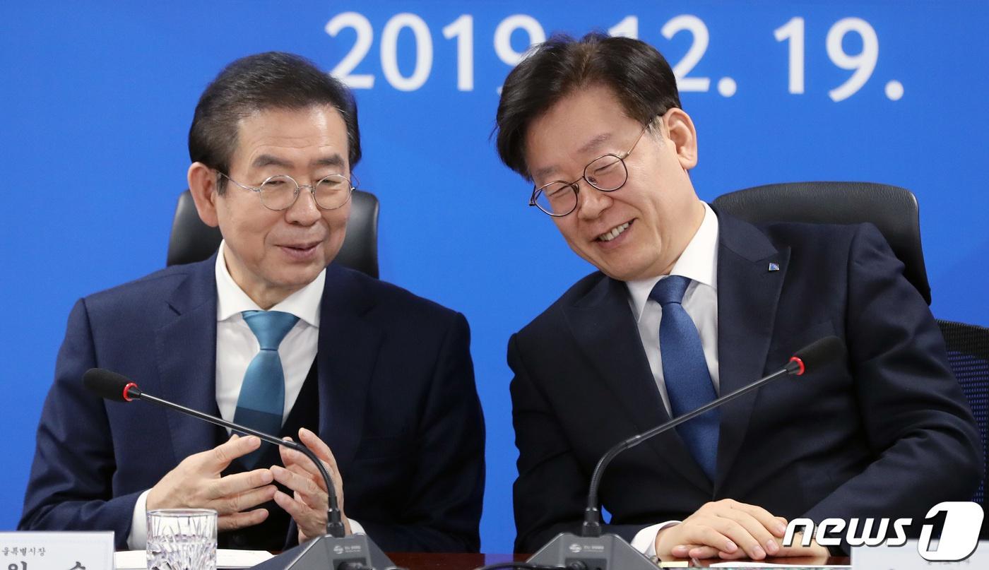图右为李在明,左边为已故始尔市长朴元淳(news 1)