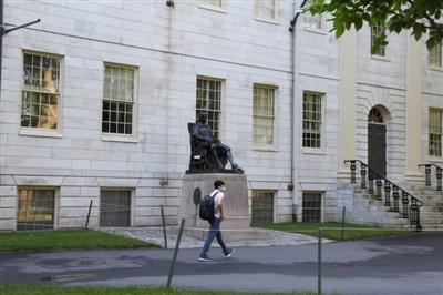 这是7月14日在美国马萨诸塞州剑桥市拍摄的哈佛大私塾园 新华社发