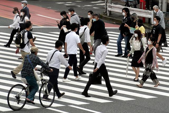 东京街头的上班族图据新华社/美联
