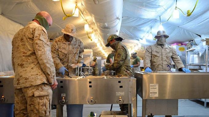 △驻科威特贾贝尔空军基地的美军官兵在食堂就餐必须佩戴口罩(图片来源:《空军时报》)