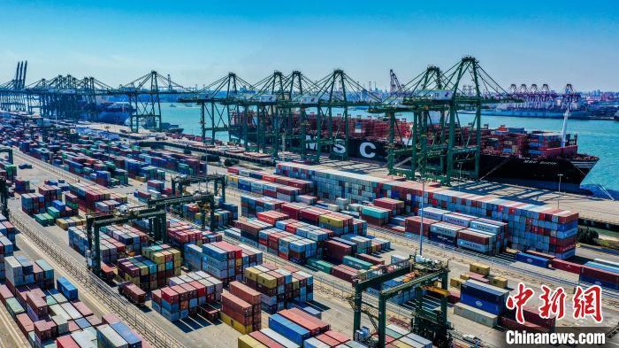 图为天津港集装箱码头。