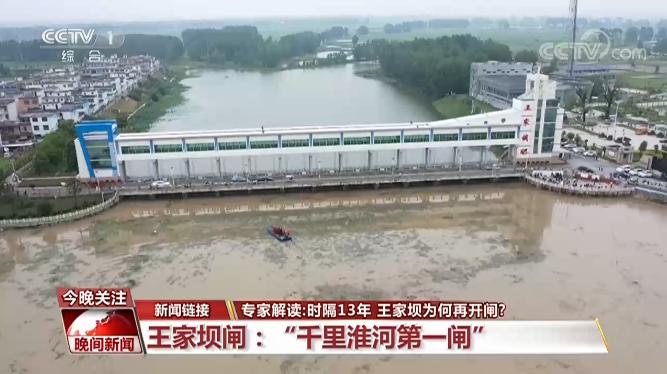 辽宁两大货车相撞引发大火,田地烧成一条火龙