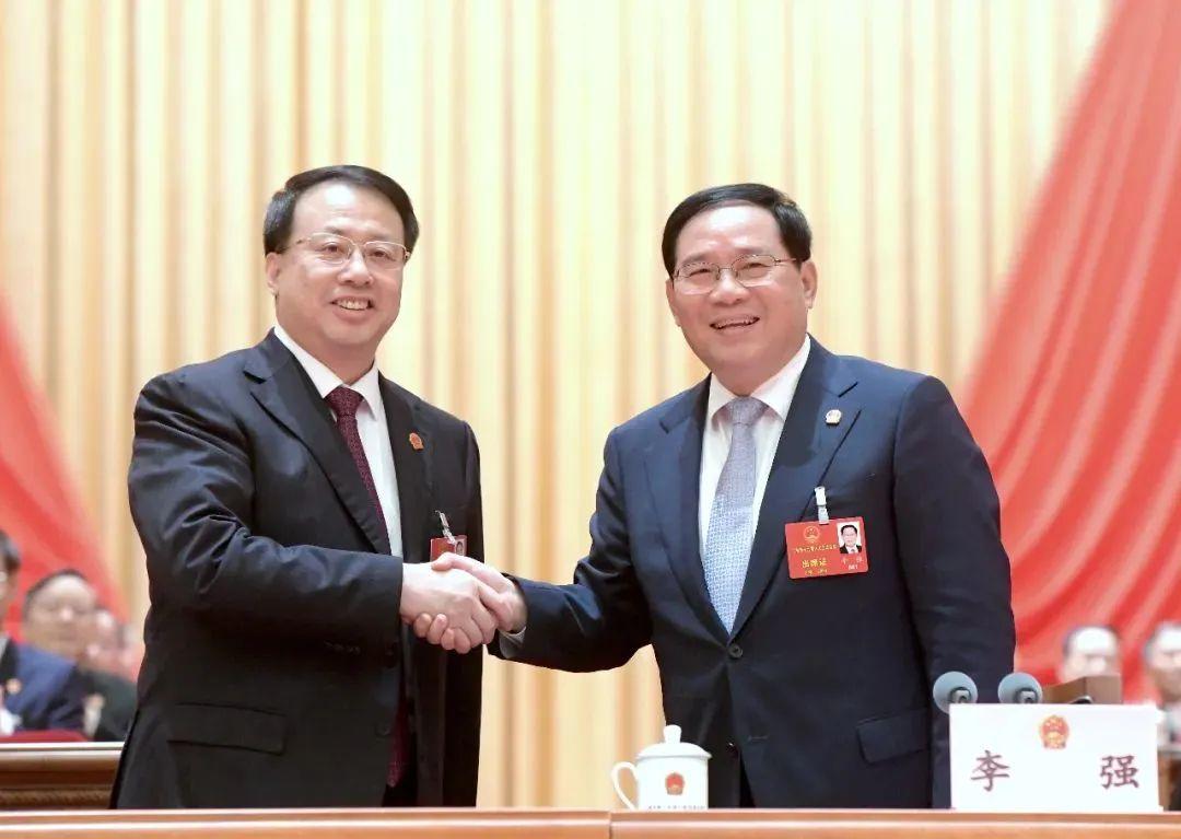 李强(左)与龚正(右)握手