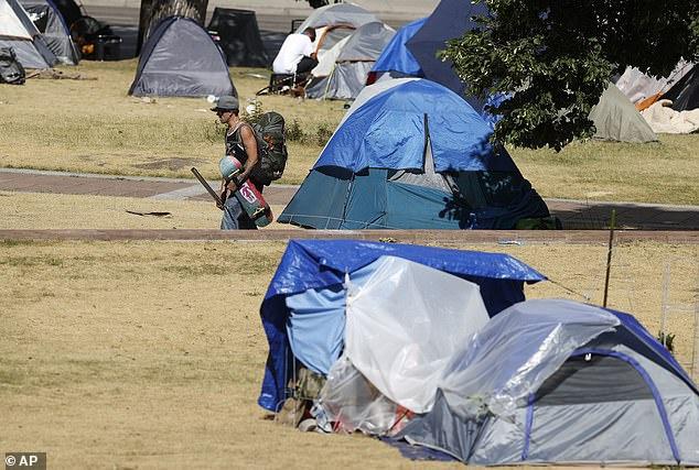 丹佛州议会大厦对面的公园内,无家可归者的帐篷(法新社)