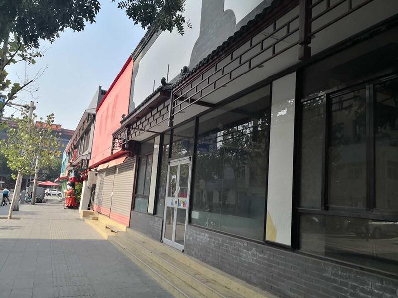 王府井百货旁的闭店的小店 李凯旋摄