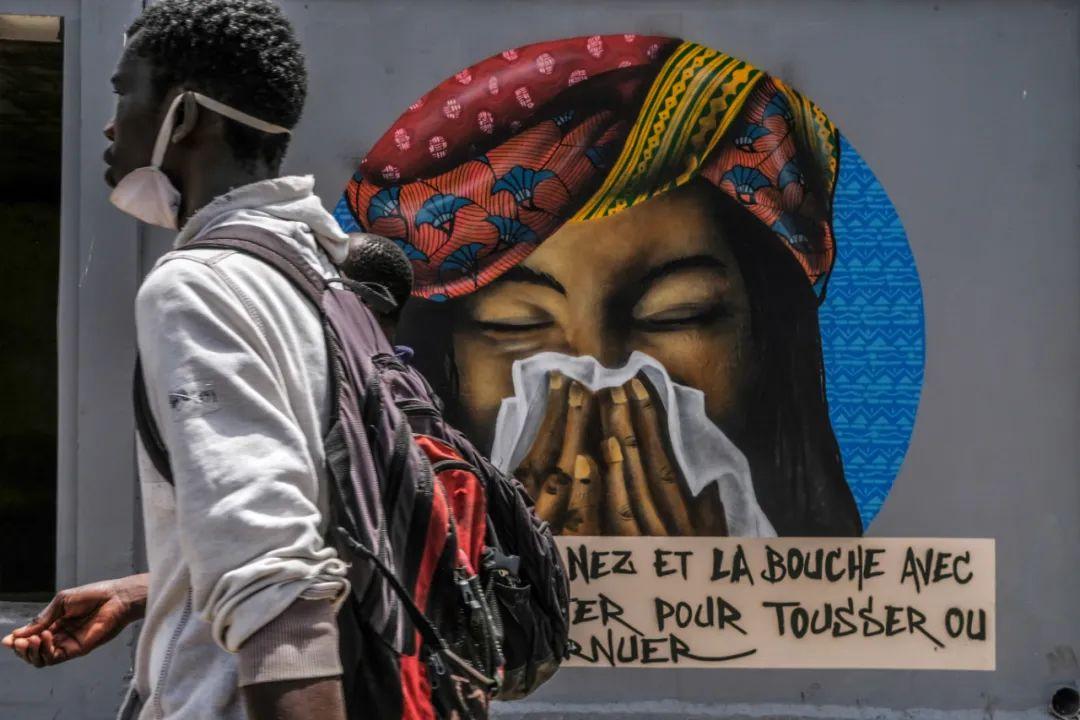 ▲2020年4月23日,在塞内加尔首都达喀尔,一名男子从宣传预防新冠措施的涂鸦前走过。新华社发(埃迪·彼得斯 摄)
