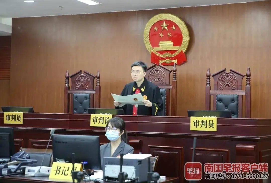 ▲法官宣读最高人民法院裁定书。法院供图